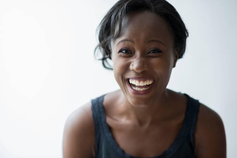 lächelnde Frau mit weißem Hintergrund
