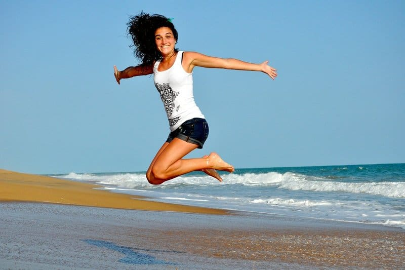lächelnde Frau springt