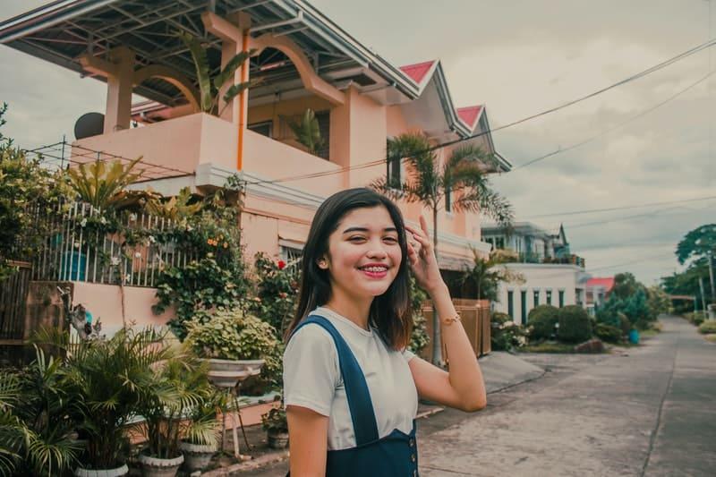 lächelnde Frau vor dem Haus