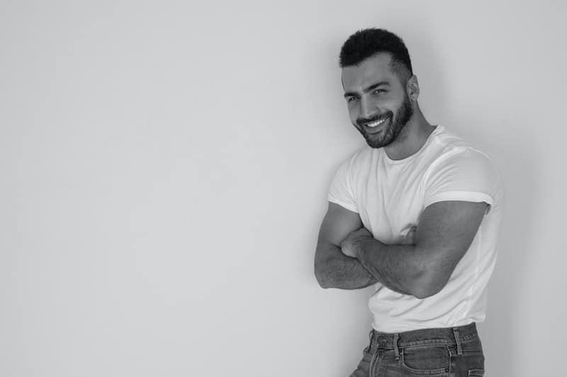 lächelnder Mann im weißen T-Shirt