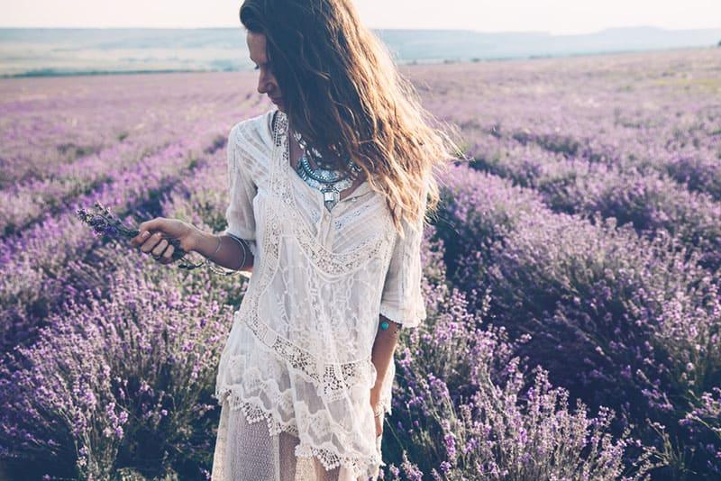 lächelndes Mädchen im Lavendelfeld