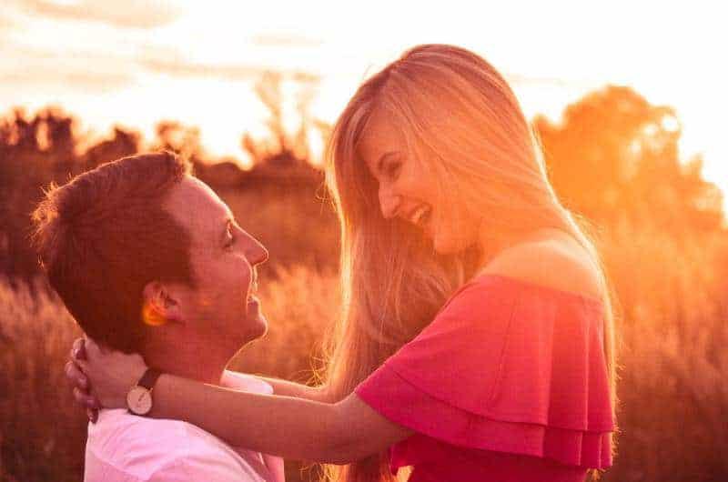 lächelndes Paar bei Sonnenuntergang