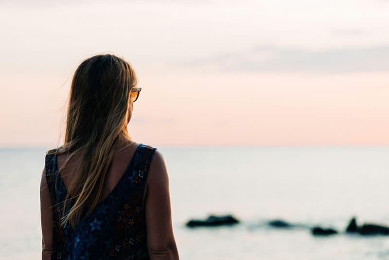 nette Frau mit Blick auf das Meer