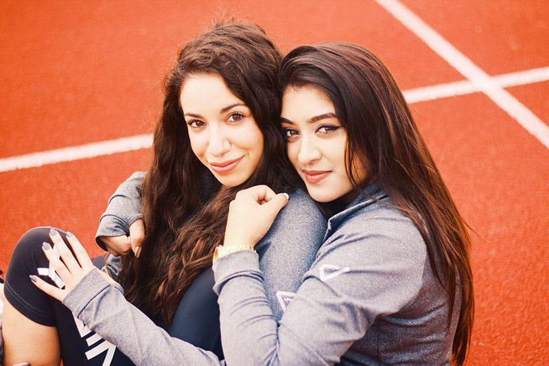 nette Schwestern, die in die Kamera lächeln