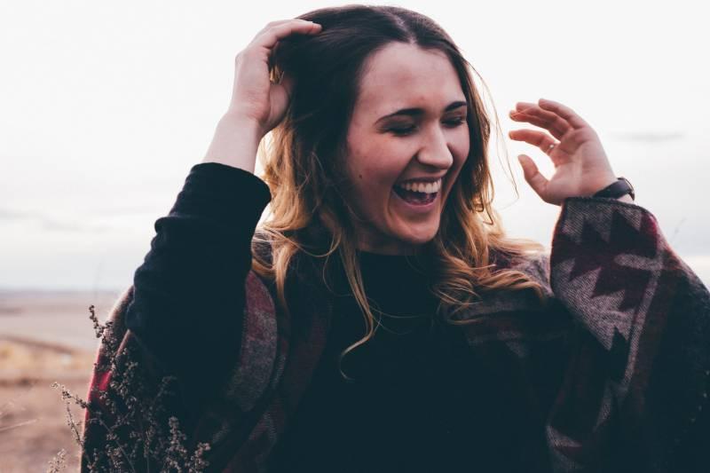 offene Fotografie der Frau mit breitem Lächeln