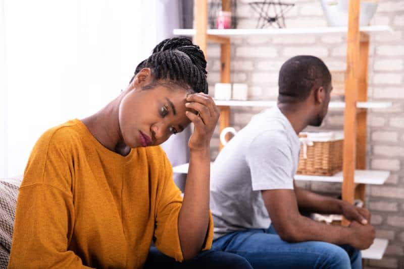 pset Junges Paar sitzt auf Sofa und ignoriert sich gegenseitig