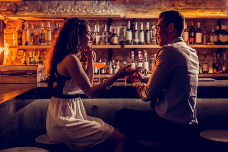 romantisches Paar, das an der Bar spricht