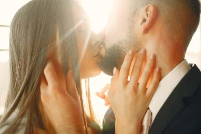 romantisches Paar, das sich küsst