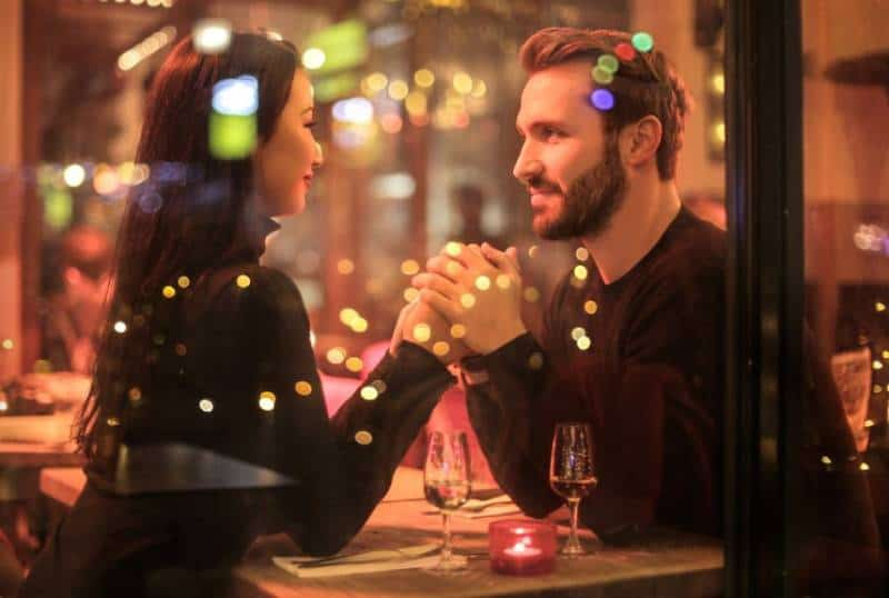romantisches Paar sitzt im Restaurant