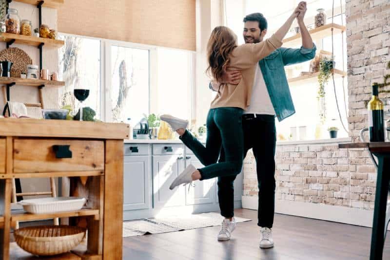 romantisches Paar tanzt in der Küche