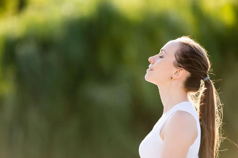 ruhige Frau, die tief atmet