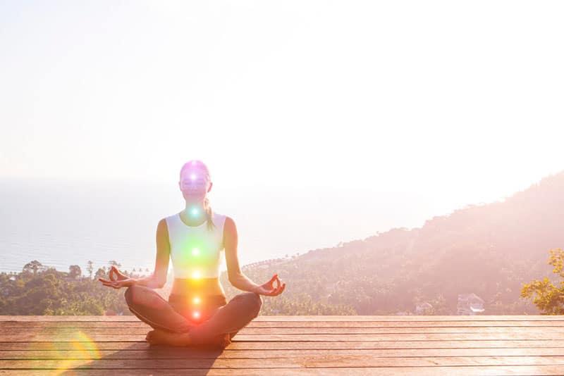 ruhige Frau meditiert draußen