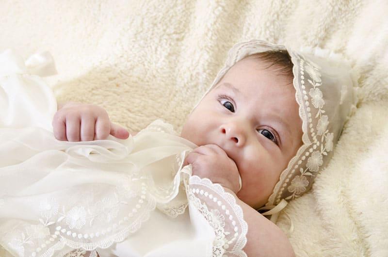 süßes Baby im weißen Kleid