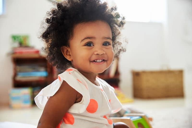süßes kleines Baby mit Locken