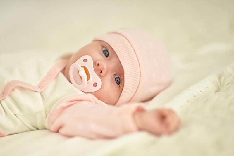 süßes neugeborenes Baby