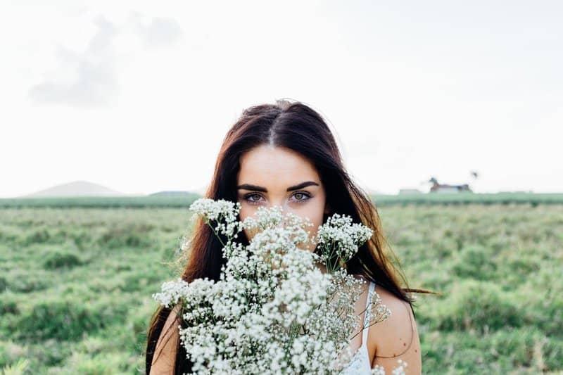 schöne Frau die einen Blumenstrauß hält