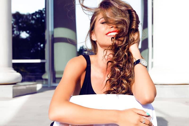 schöne Frau, die einen roten Lippenstift trägt