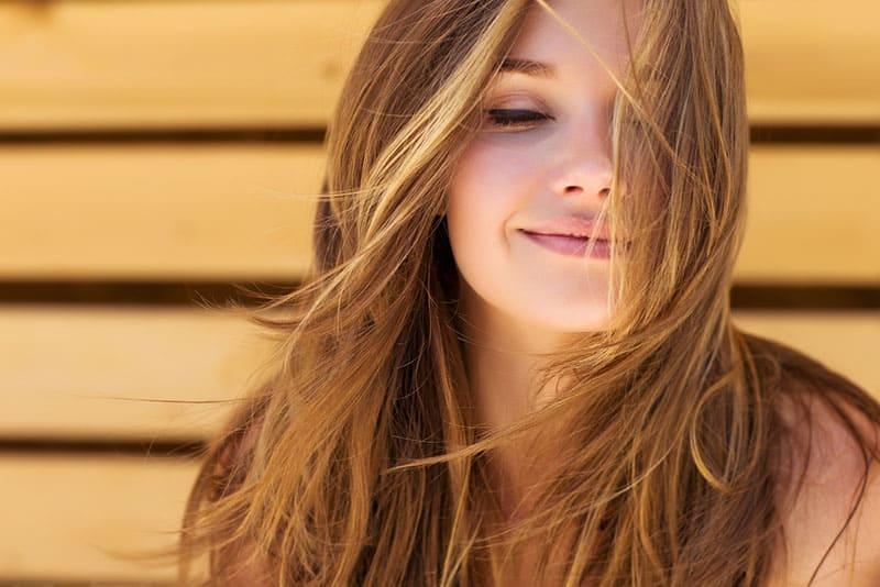 schöne blonde Frau lächelnd