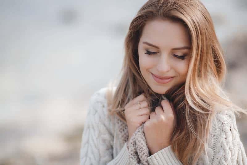 schöne kaukasische Frau, die draußen geht