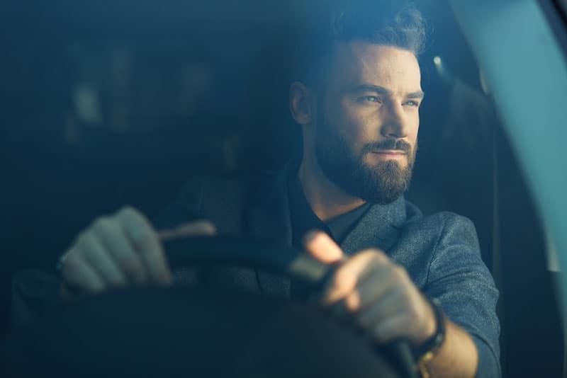 schöner Mann, der ein Auto fährt