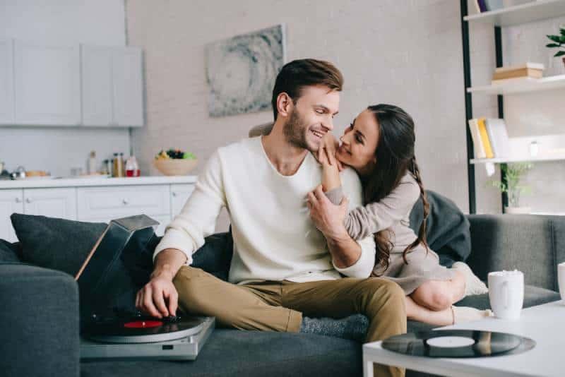 schönes Paar, das Musik im Wohnzimmer hört