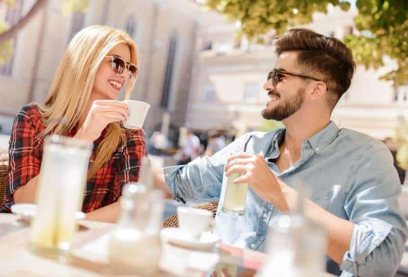 schönes Paar, das tagsüber im Café spricht