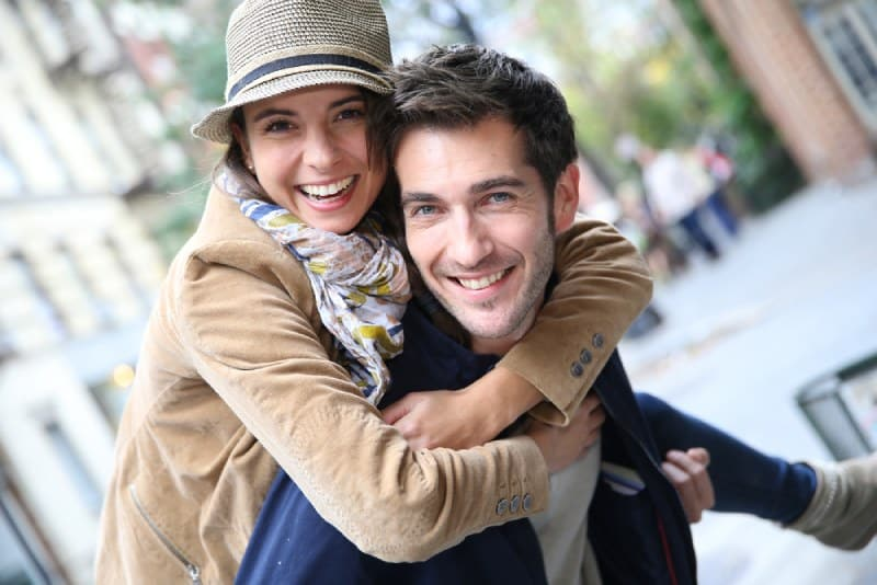 schönes Paar umarmen sich draußen auf der Straße