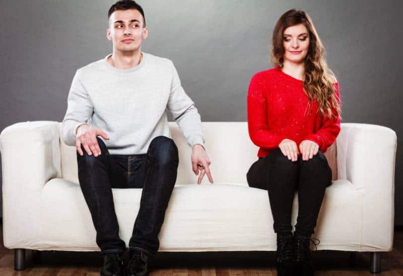 schüchterner Mann sitzt neben Frau an der Couch