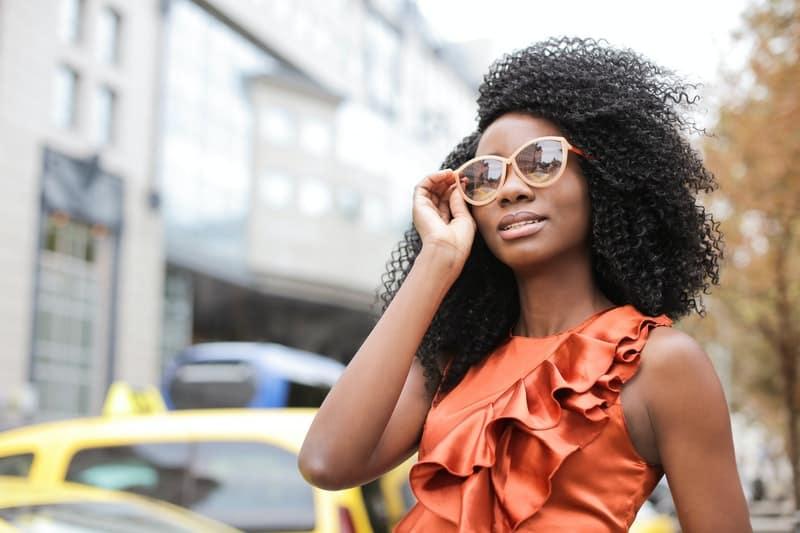 schwarze Frau mit Brille