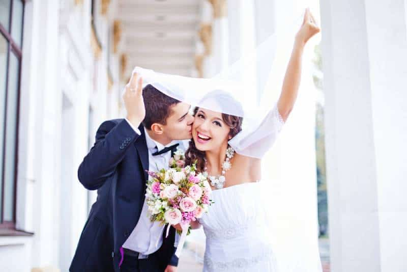 sieht glücklich Hochzeit im Herbst