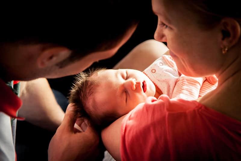 stolze Eltern halten ihr neugeborenes Baby
