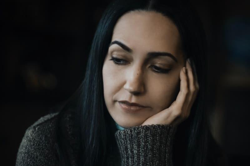 traurige Frau denken