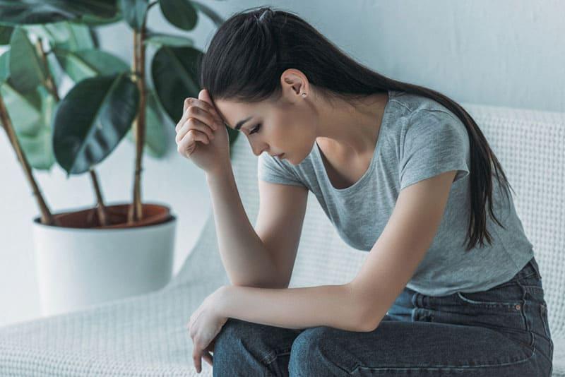 traurige Frau, die darüber nachdenkt