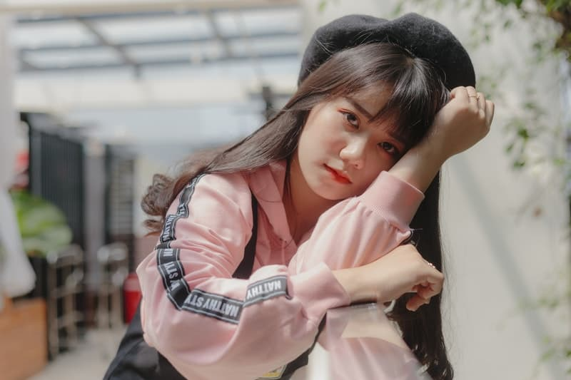 traurige Frau in einer rosa Jacke
