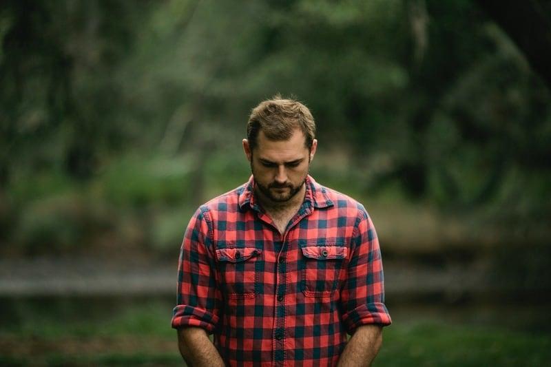 trauriger Mann im Wald