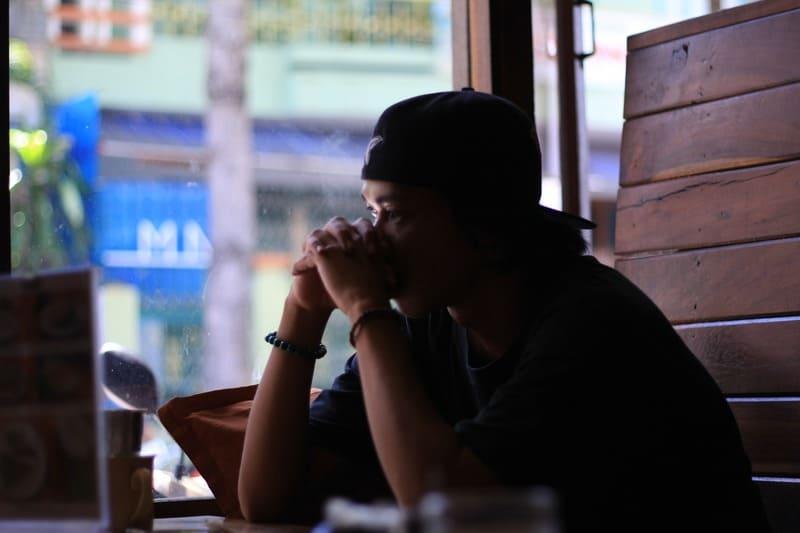 trauriger Mann in einem Café