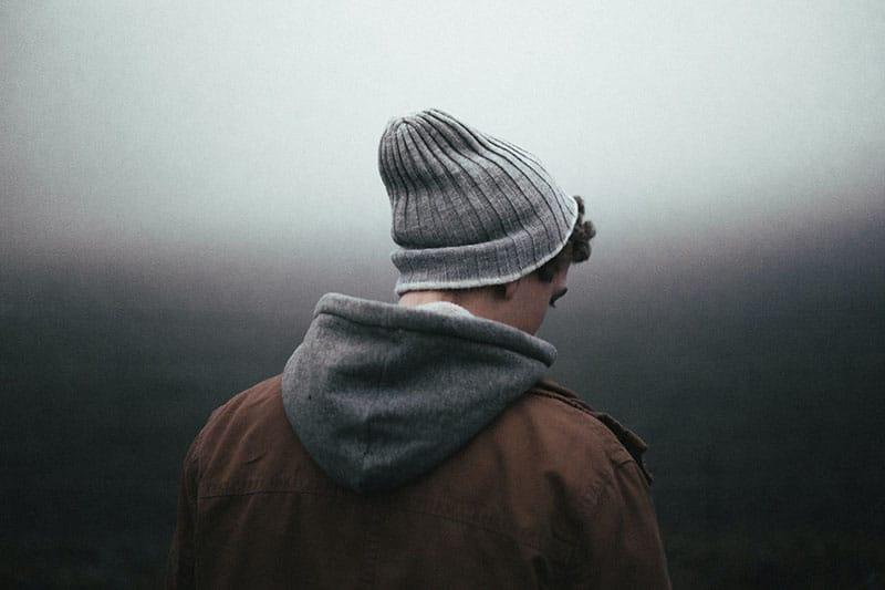 trauriger Mann mit Hut