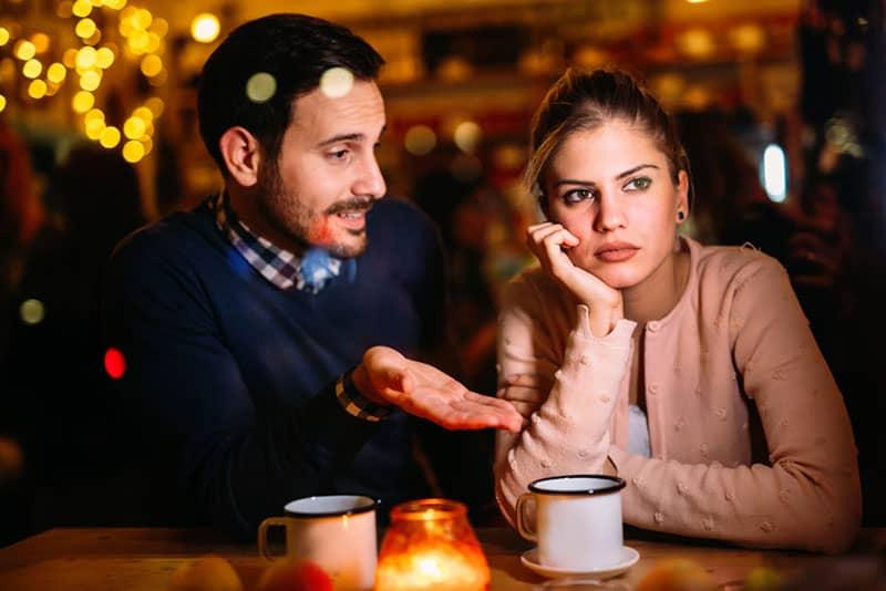 trauriges Paar sitzt in der Bar