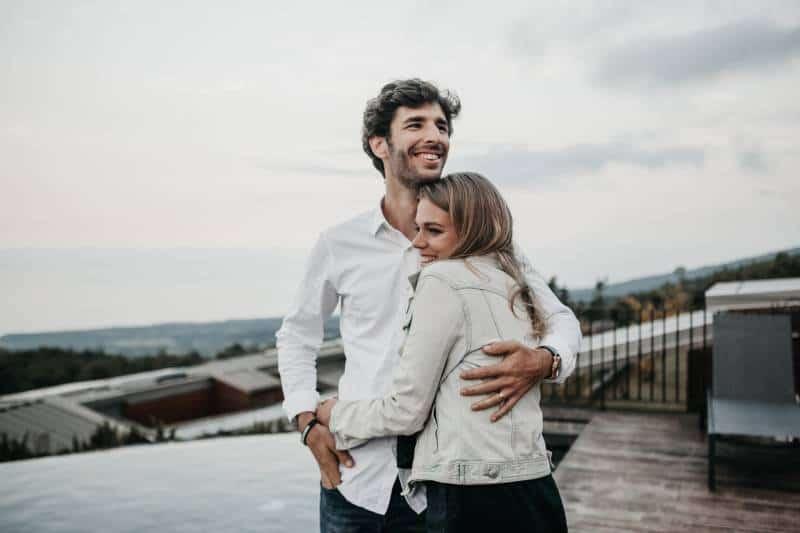 verliebtes Paar, das sich draußen umarmt