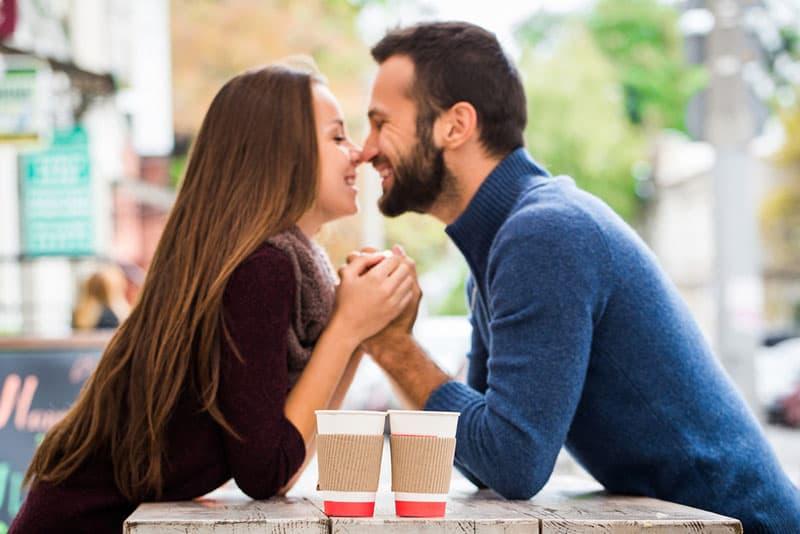 verliebtes Paar im Café kuscheln
