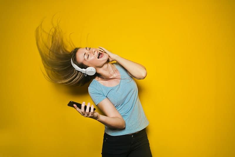verrückte Frau, die laut singt