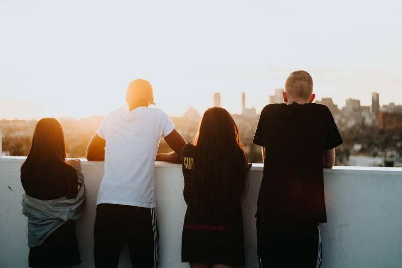 vier Leute, die die Stadt betrachten