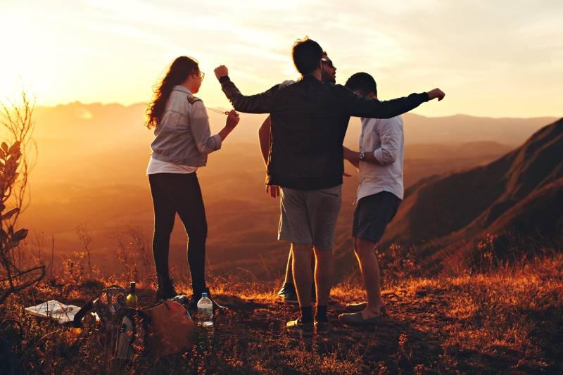 vier Leute stehen auf dem Hügel