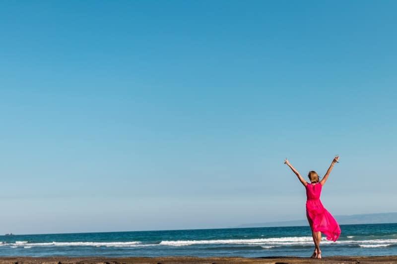 žena uživa na plaži