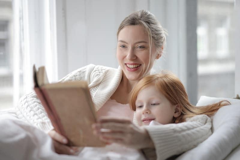 žena koja čita knjigu