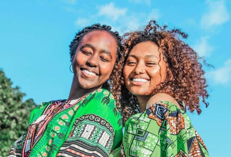 zwei Frauen lächelnd tragen grünes Oberteil