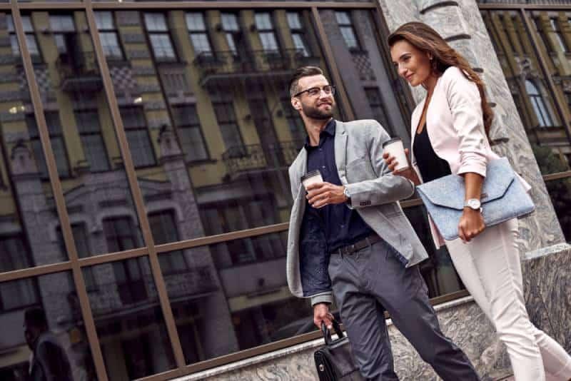zwei Geschäftsleute gehen auf der Straße