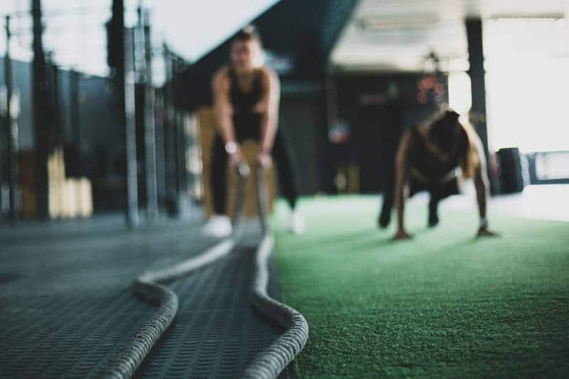 zwei Personen im Fitnessstudio trainieren