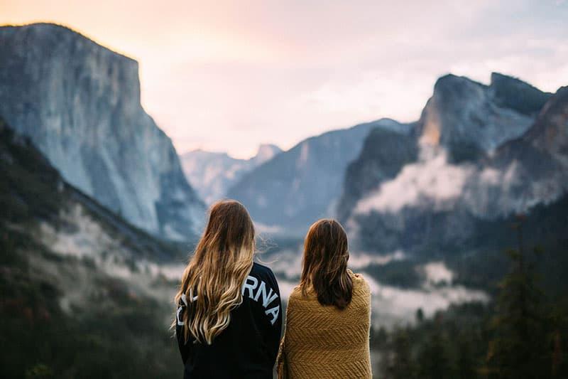 zwei Schwestern, die draußen in der Natur stehen