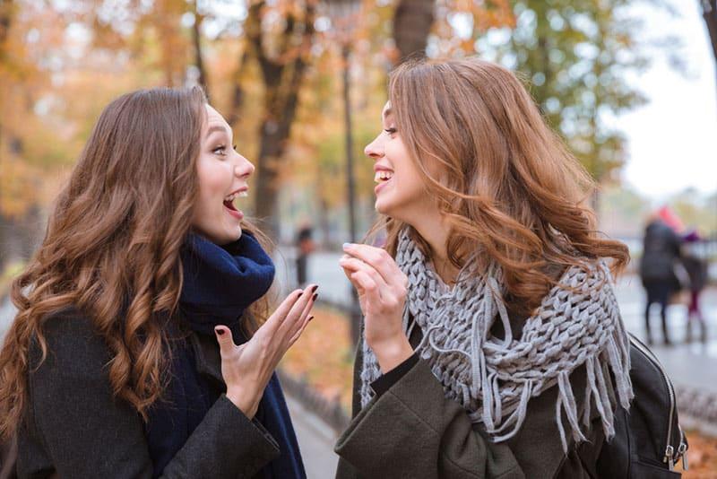 zwei glückliche Frauen reden und lachen